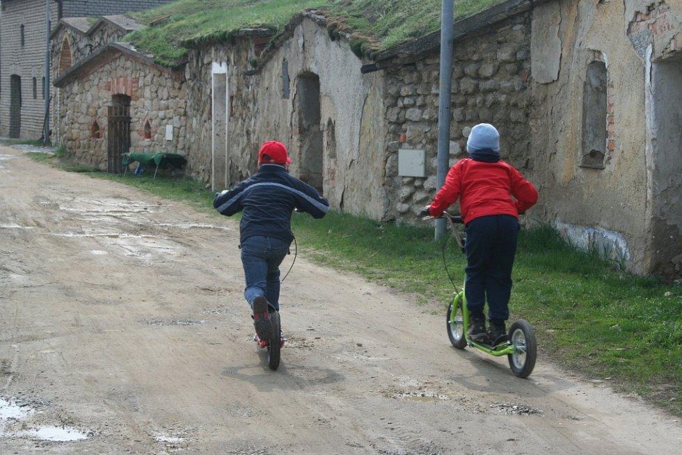 Mezi vrbickými sklepy se na koloběžkách proháněli děti i dospělí.
