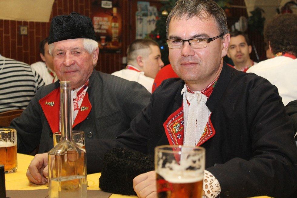 V břeclavské městské části Poštorná volili na svatého Štěpána tradičním způsobem stárky. Důvěru krojované chasy a starších mužáků získali Tomáš Grandič a Jakub Pěček. Oba spolu hrají v rockové kapele.