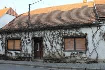 """Policejní manévry se v pátek konaly v Dolních Dunajovicích. Kriminalisté vyšetřují nález lidských ostatků v domě, který obyvatelé klidné obce považují delší dobu za """"problémový"""". Na místě zasahovala i mobilní laboratoř hasičů."""