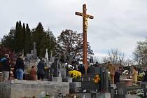 Kříž na hřbitově v Boleradicích.