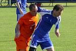 Ledničtí fotbalisté (v oranžovém) se s fanoušky rozloučili stylově. Výhrou 6:0.