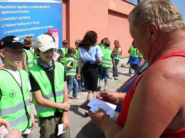 Dopravní policisté ve spolupráci s dětmi ze Základní školy Jana Noháče rozdávali řidičům obrázky autíček.