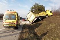 Na dvacátém kilometru dálnice D2 ve směru na Brno havaroval kamion převážející rostlinný olej.