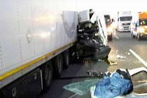 Na dálnici D2 u Lanžhota bourala dodávka a kamion.