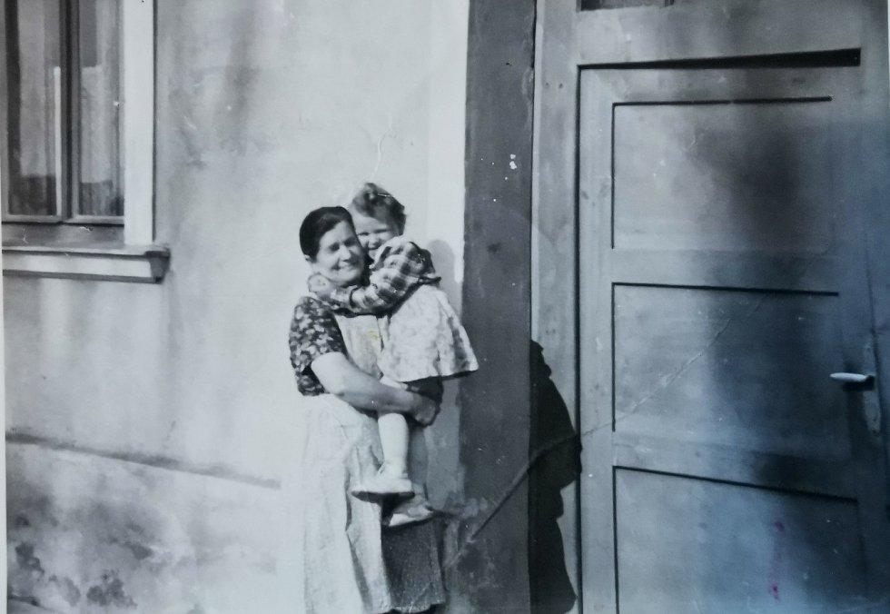 Terezie Hrdličková s tetou (mamkou) Annou Kalábovou, která ji vychovala.