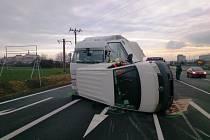 Po páteční dopravní nehodě v Mikulově se dodávka převrátila na bok.