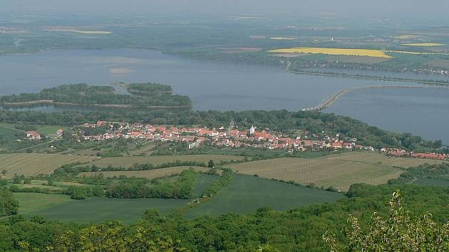 Pohled na Dolní Věstonice z Děvína.