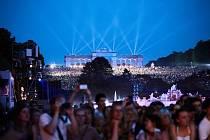 Na sto tisíc diváků přijde letos o zážitek s Vídeňskou filharmonií v zámeckém parku Schönbrunn. Ten bude kvůli koronaviru zavřený. Letní koncert filharmoniků mohou příznivci sledovat ale v televizi.