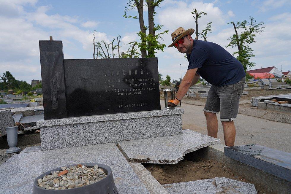 Hřbitov v Mikulčicích poničený tornádem.