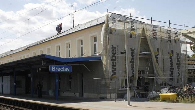 V Břeclavi dokončují opravy budovy nádraží. Fotky jsou z 11. 7. 2019. Autor fotek: Kateřina Vajsová