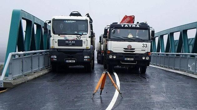 Silničáři provedli zatěžkávací zkoušku mostu, který zatížili čtyřmi náklaďáky o váze sto pětadvaceti tun.