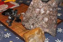 Josef Pokorný z Ladné tvrdí, že našel část spadlého meteoritu. Odborníci to popírají.