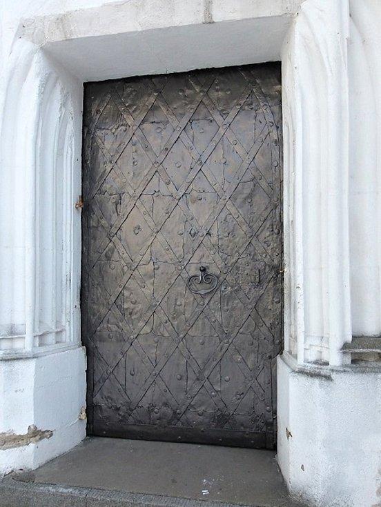 Pouzdřany, vstupní vrata kostela svatého Mikuláše.