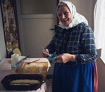 Členové městského vlastivědného muzea ve Velkých Bílovicích se rozhodli vyfotografovat poslední tamní tetičky, které nosí denně kroj. Na snímku jedna z nich peče buchty.