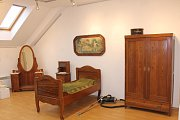 Výstava Rukulíbám v břeclavském Lichtenštejnském domě přibližuje, jak žili lidé v období první republiky.
