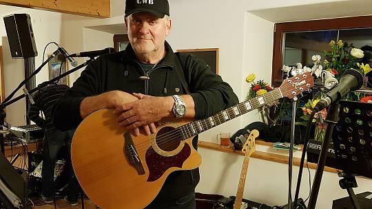 """Country kapelu založil před více než třiceti lety a v srpnu je čekají čtyři koncerty. Muzikantem je ale odjakživa. """"Tatínek hrál na housle a já také. Od svých asi šesti,"""" začíná své vyprávění bývalý podnikatel a rodák z Břeclavi Vladimír Macoun"""