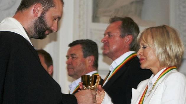 Herečka Jana Švandová přebírá kalich s vínem. Po chvíli se stala členkou řádu Rytířů vína.