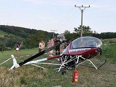 Záchranáři vyjížděli v neděli krátce po sedmé hodině večer k nehodě ultralehkého vrtulníku, který se zřejmě při přistávání zřítil do pole.