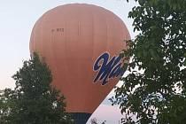 Při večerní procházce u Šakvic někdy potkáte i horkovzdušný balon.