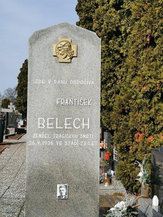 Restaurátor Michal Navrátil obnovuje na rakvickém hřbitově památníčky dětem utonulým v řece Dyji na Nových Mlýnech.
