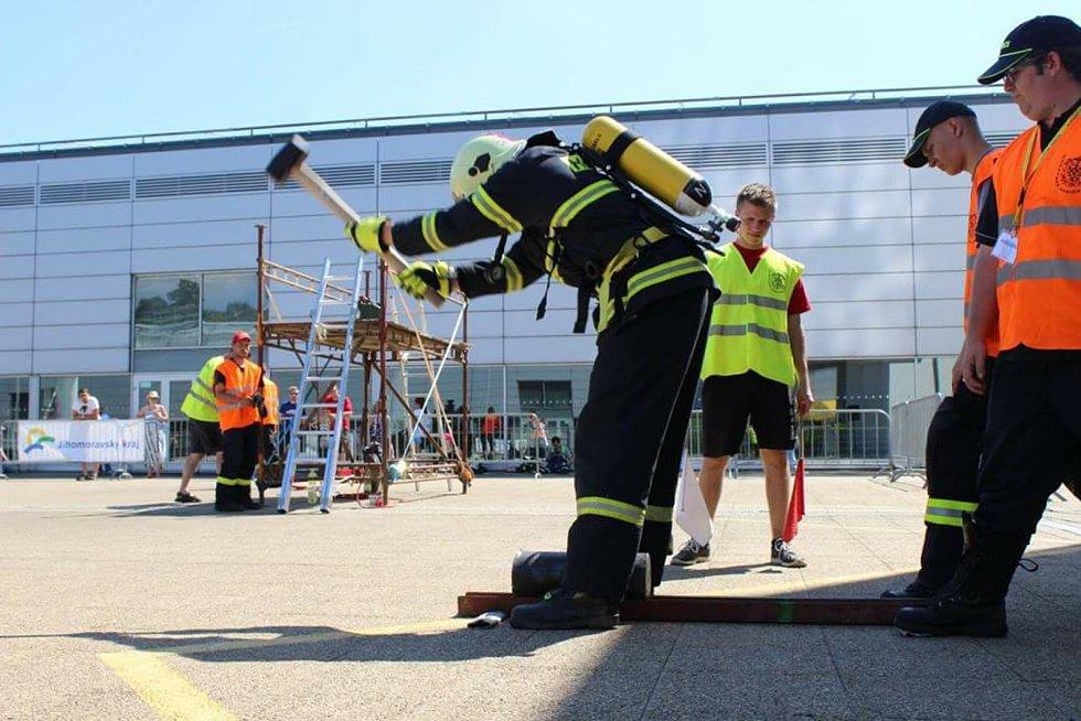 Václav Bažant začínal ve Velkých Němčicích na Břeclavsku jako dobrovolný hasič. Před pár týdny se však stal profesionálem. Slouží v libereckém hraji na stanici Česká Lípa.