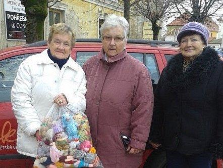 Ženy z Pohořelic vyrobily z textilu hračky pro nemocné děti.