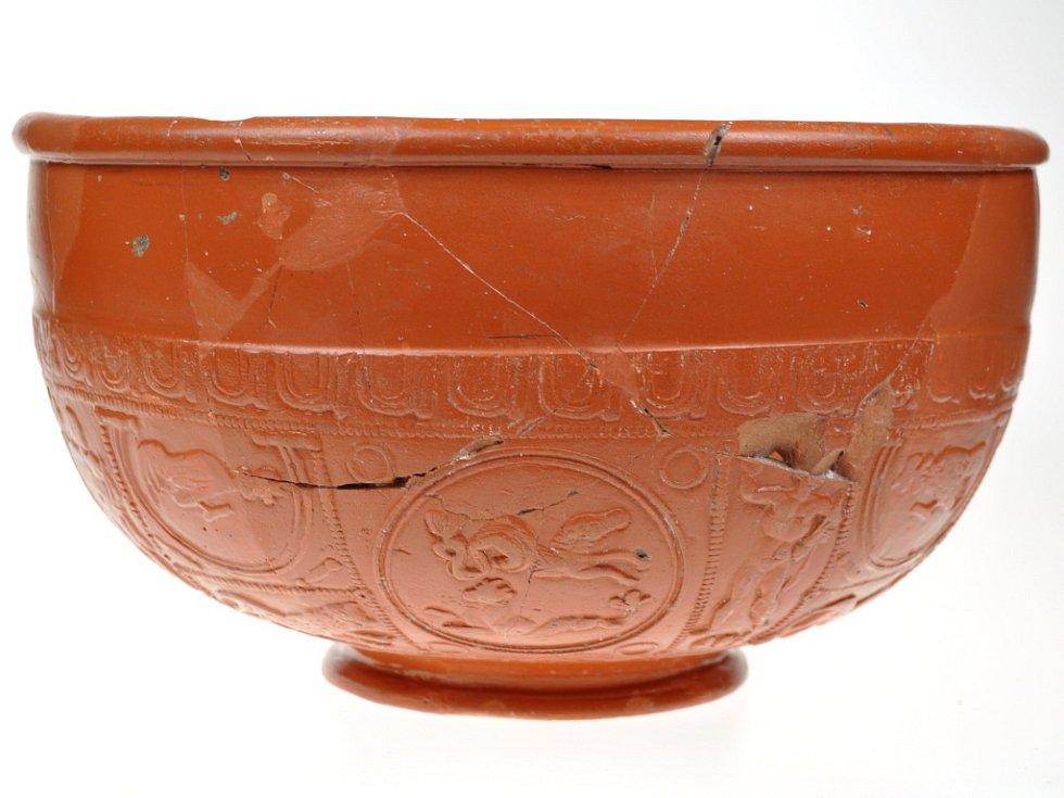 "Keramická miska vyrobená v technice ""terra sigillata"" nalezená na Hradisku u Mušova."