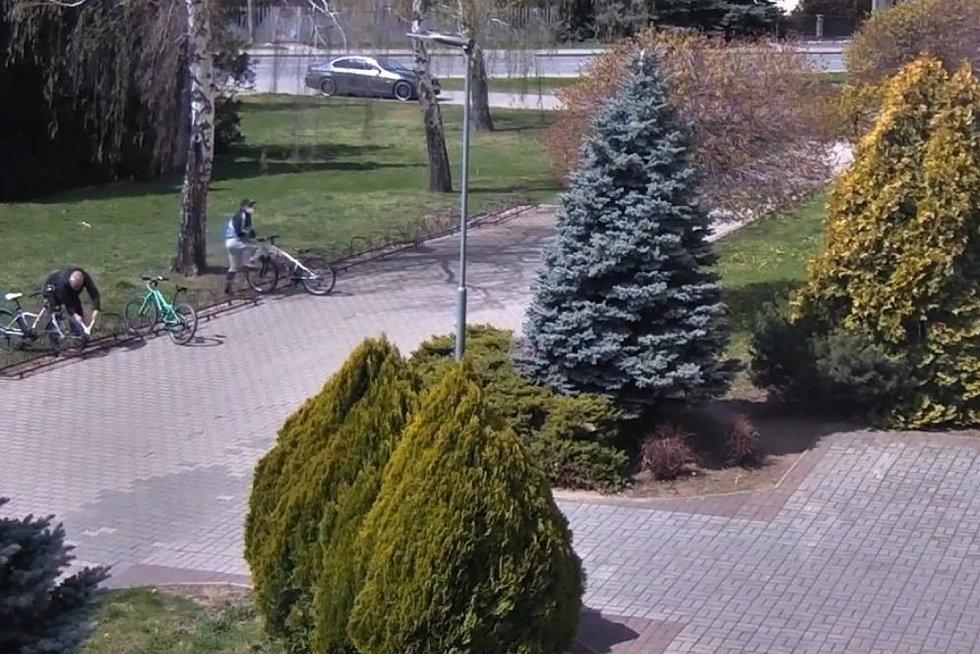 Před lanžhotskou základní školou kradli kola. Policie zloděje vypátrala. REPROFOTO: Městská policie Břeclav