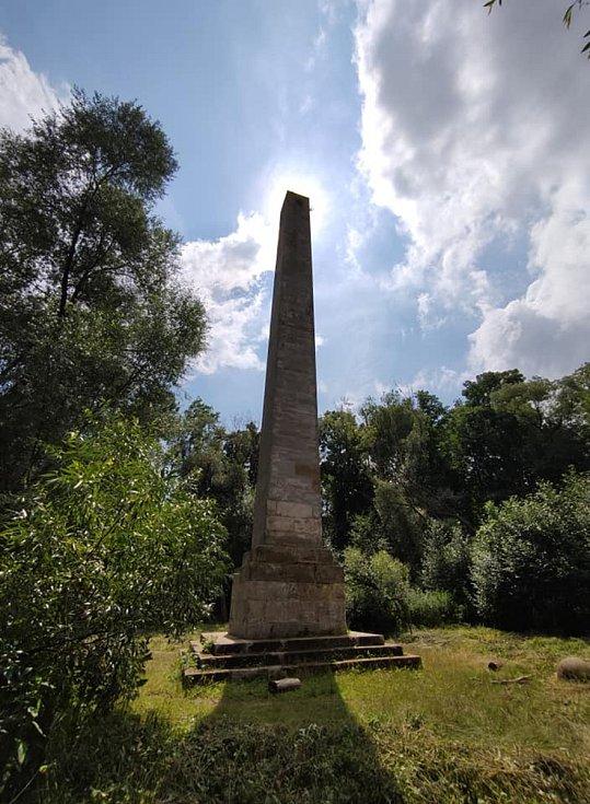 Z výletu do Nových Zámků v Litovelském Pomoraví.Obelisk je stavbou velmi vysokou. A překvapivou uprostřed hlubokého lužního lesa.