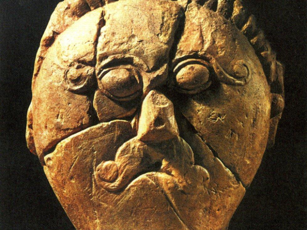 Kamenná hlava keltského hrdiny z kultovního areálu z Mšeckých Žehrovic (podle Podborský 2006: Náboženství pravěkých Evropanů).