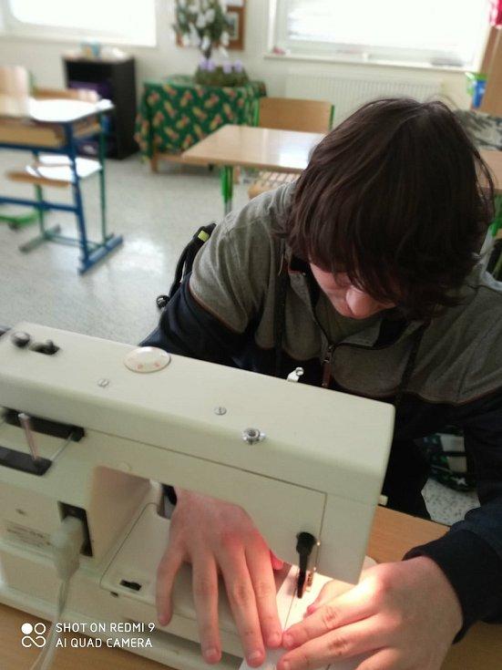 Děti se učily šít na stroji. FOTO: Archiv školy