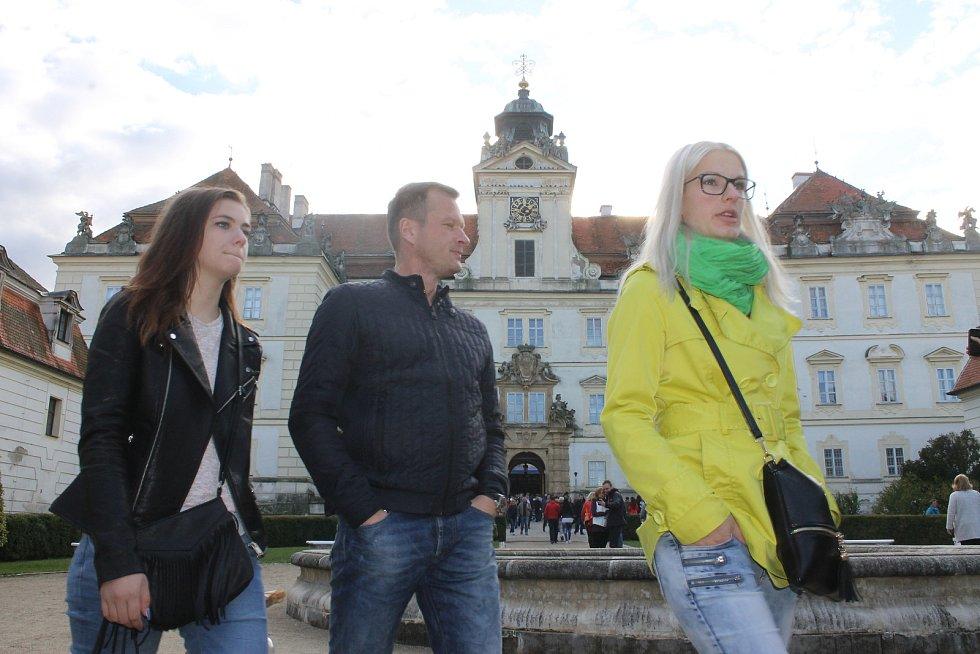 Valtické vinobraní. Lidé jezdí na Břeclavsko za vínem, burčákem a zábavu si vychutnávají na i nádvoří valtického zámku.