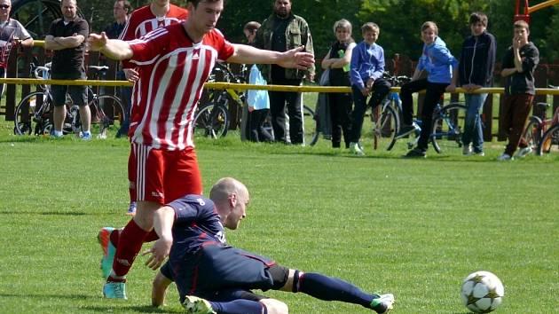 Velkopavlovičtí fotbalisté (v červeném) nestačili na Rakvice.