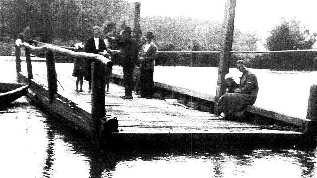Při tragédii z 26. května 1936 se v řece Dyji na Břeclavsku utopilo jednatřicet školáků. Převážela je tato pramice. Snímek je z doby ještě před osudným výletem dětí.