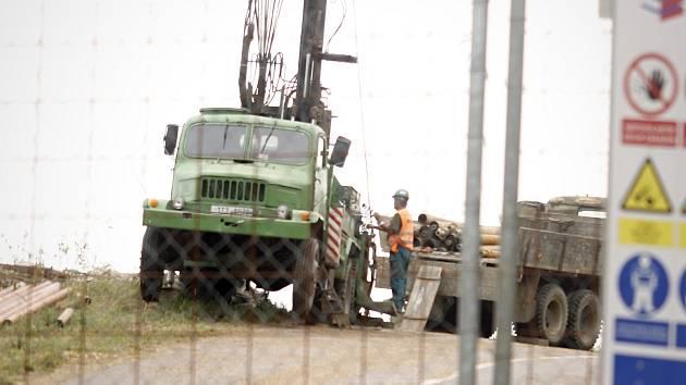 Téměř dva roky od narušení svahu. Silnice mezi Dolními Věstonicemi a Pavlovem je nadále uzavřená.