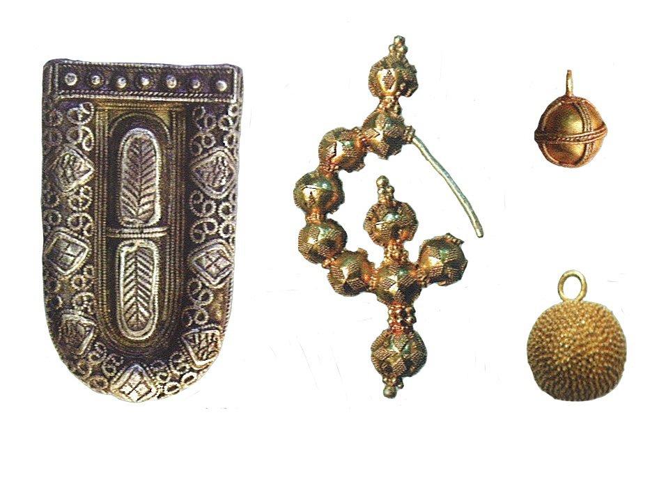 Příklady honosných šperků z prostředí velkomoravských hradisek (podle: Galuška 2004: Slované-Doteky předků. Brno).