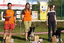 Vítězní psí závodnící s majiteli.