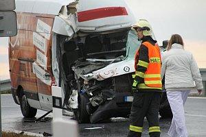 Po srážce kamionu a dodávky na sjezdu z D2 u Břeclavi zemřel muž
