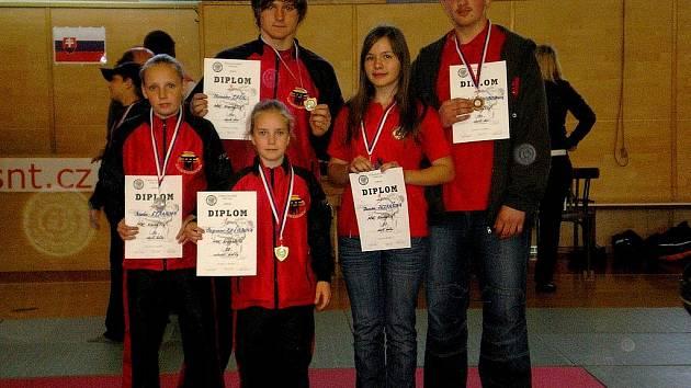 Medailisté z břeclavského oddílu juda. Zleva Straková, Kašubová, Tržil, Petrášová a Svobodník.