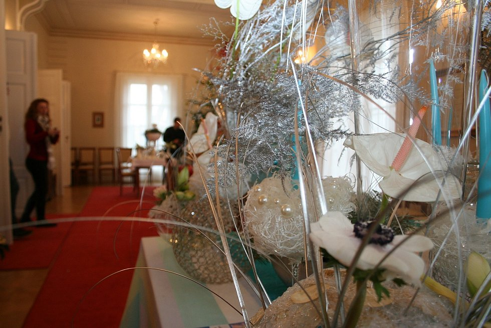 Jindy nepřístupný Rybniční zámeček u Lednice nabídl návštěvníkům před Vánocemi pohled do svých prostor. Pokoje vyzdobili studenti a vyučující z lednické fakulty vysoké školy květinovými vazbami.