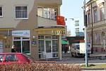 Skauti a skautky z břeclavského střediska Svatopluk v pondělí ráno vyvěsili tibetskou vlajku na stožár před radnicí. Ještě předtím se v centru města o kousek dál objevila i vlajka Číny. Na budově jedné z tamních realitních kanceláří visí poněkolikáté.