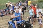 Podivín hostil závody traktorů.