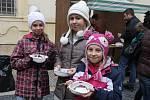 Čerstvé domácí uzeniny, francouzské palačinky nebo horké nápoje nabízeli prodejci v sobotu na Zámeckém adventu na nádvoří zámku ve Valticích. Pro děti připravili organizátoři mikulášskou dílnu.