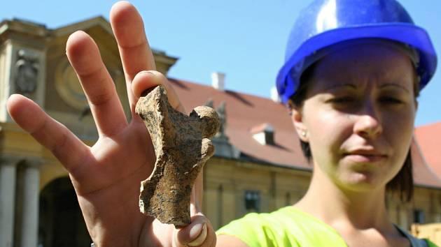 Bagry, dělníky a archeology lze pozorovat v těchto dnech v bývalých jízdárnách lednického zámku. Při výkopových pracích odborníci narazili na pravěkou keramiku nebo kosti.