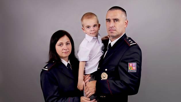 Mareček Grunský z Břeclavi se svými rodiči. Policisty Hanou Válkovou a Radkem Grunským.