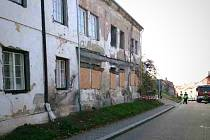V centru Mikulova v úterý ráno spadla stěna staršího rohového domu, který je nyní v rekonstrukci.