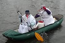 Vánoční sjíždění řeky Svratky.
