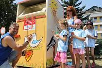 Břeclavský výtvarník František Varga spolu s lektorkou Olgou Slaninovou a dětmi z Komunitního centra Majáček pomalovali první kontejner na textil, který provozuje sdružení Aided-Eu. V okresním městě před domovem důchodců.