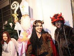 Stovky lidí přilákalo pondělní rozsvícení vánočního stromu v Břeclavi. Magickému okamžiku předcházela dvouhodinová Mikulášská metelice s pestrým programem pro děti.