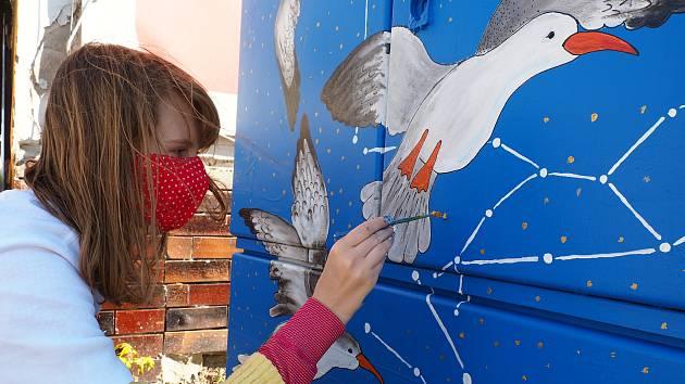 Maturantky břeclavského gymnázia Julie Vojtková a Alena Vanžurová zkrášlily svými obrázky rozvaděč u Dyje v centru Břeclavi.